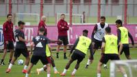 Pelatih baru Bayern Munchen, Julian Nagelsmann menyaksikan pemainnya mengikuti sesi latihan pertama di tempat latihan di Munich, Jerman selatan (7/7/2021). Nagelsmann tercatat sebagai salah satu pelatih termuda dalam sejarah Die Roten. (AP Photo/Matthias Schrader)