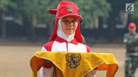 Calon anggota Pasukan Pengibar Bendera (Paskibra) Nasional 2019 mengikuti latihan membawa baki di Lapangan PPPON Cibubur, Jakarta, Selasa (30/7/2019). Hari ke-3 diklat, calon Paskibraka berlatihan formasi baris-berbaris, pengibaran dan penurunan bendera. (Liputan6.com/Herman Zakharia)