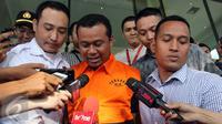 Bupati Subang, Ojang Suhandi memberi keterangan usai diperiksa KPK, Jakarta, Selasa (12/4). Ojang Suhandi ditahan terkait kasus dugaan suap rencana penuntutan dalam kasus penggelapan dana BPJS. (Liputan6.com/Helmi Afandi)