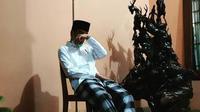Jokowi terlihat duduk seorang diri di teras rumah ibunda di Solo, Jawa Tengah. Jokowi langsung bertolak dari Jakarta begitu mengetahui ibunda meninggal dunia. (Ist)
