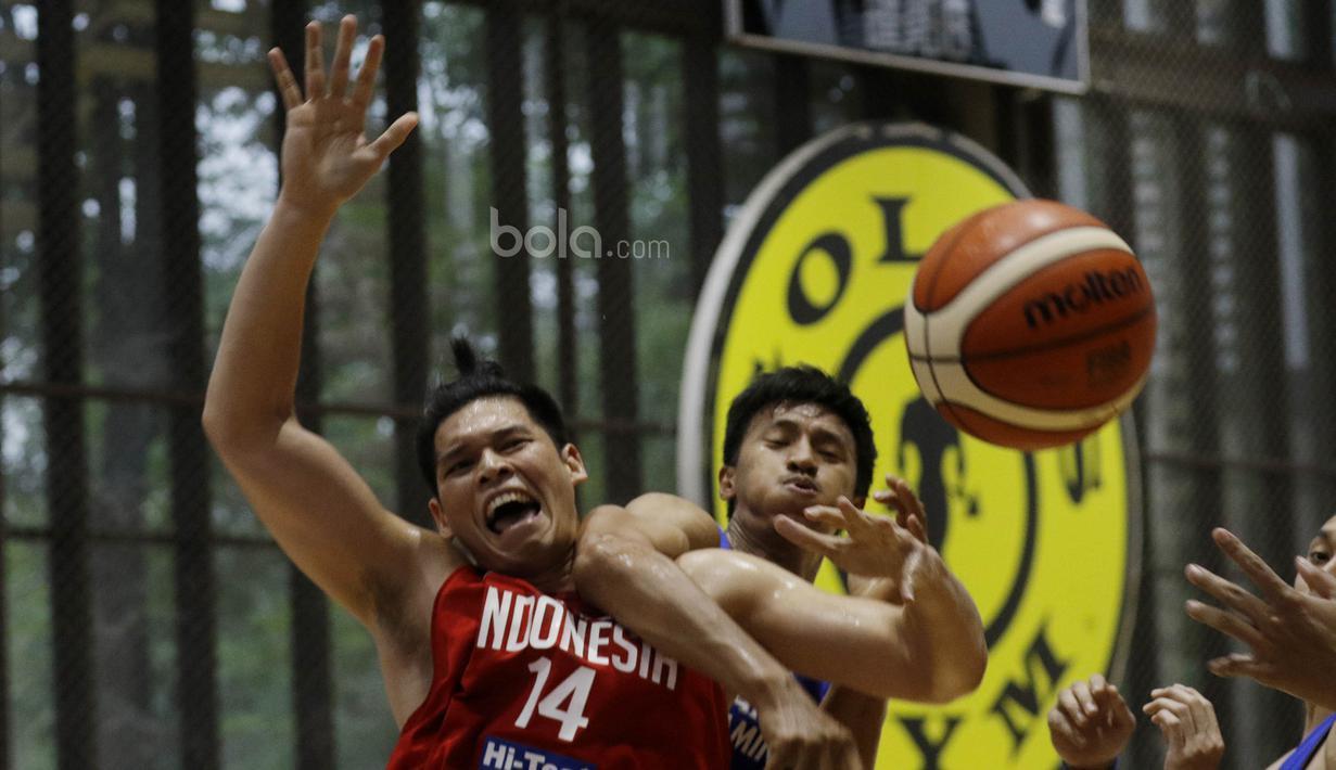 Pemain Timnas Basket Indonesia, Ferdinand Damanik, berebut bola dengan pemain Satria Muda saat laga uji coba di BSD, Tangerang, Jumat (21/7/2017). Timnas Basket menang 87-52 atas Satria Muda. (Bola.com/M Iqbal Ichsan)