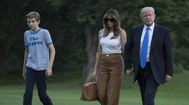 Donald Trump bersama sang istri Melania dan putra bungsunya Barron ketika tiba di Gedung Putih