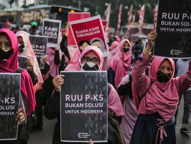Aktivis Aliansi Gerakan Peduli Perempuan melakukan aksi bungkam menolak Rancangan Undang-Undang Penghapusan Kekerasan Seksual (RUU PKS) saat car free day di kawasan Bundaran HI, Jakarta, Minggu (14/7/2019). Mereka menolak rencana pengesahan RUU PKS. (Liputan6.com/Faizal Fanani)