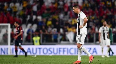 Bintang Juventus, Cristiano Ronaldo, tampak kecewa usai ditahan imbang Genoa pada laga Serie A Italia di Stadion Allianz, Turin, Sabtu (20/10). Kedua klub bermain imbang 1-1. (AFP/Marco Bertorello)