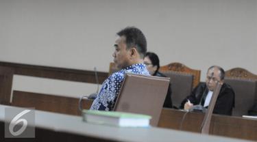 Panitera Pengadilan Negeri Jakarta Pusat, Edy Nasution menjalani sidang tuntutan terkait kasus suap di Pengadilan Tipikor, Jakarta, Senin (21/11). Setelah dibacakan isi tuntutan setebal 284 halaman,  Edy terbukti menerima suap. (Liputan6.com/Helmi Afandi)