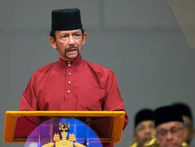 Sultan Hassanal Bolkiah menyampaikan pidato dalam sebuah acara di Bandar Seri Begawan, Brunei Darussalam, Rabu (3/4). Mulai hari ini, Kerajaan Brunei Darussalam resmi memberlakukan hukum rajam hingga tewas terhadap pelaku gay (sesama laki-laki). (AFP)