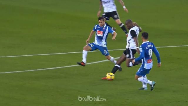 Valencia meraih kemenangan 2-0 atas Espanyol dalam lanjutan La Liga, Minggu (19/11/2017). This video is presented by Ballball.