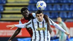 Striker Juventus, Alvaro Morata, duel udara dengan pemain Cagliari, Alfred Duncan, pada laga Liga Italia di Sardegna Arena, Minggu (14/3/2021). Juventus menang dengan skor 3-1. (AFP/Albert0 Pizzoli)