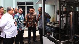 Deputi Usaha Bidang Energi, Logistik, Kawasan dan Pariwisata Kementerian BUMN Edwin Hidayat Abdullah dan Dirut Perum Jasa Tirta II Jatiluhur Djoko Saputro (kiri) melihat simulasi Portable Water Treatment, Jakarta, Jumat (9/11). (Merdeka.com/Imam Buhori)