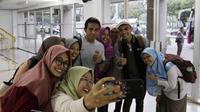 Pelatih Timnas Indonesia, Bima Sakti, foto bersama fans usai memimpin latihan di Universitas Kasetsart, Bangkok, Kamis (15/11). Latihan ini persiapan jelang laga Piala AFF 2018 melawan Thailand. (Bola.com/M. Iqbal Ichsan)
