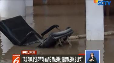 Belum terhitung peralatan kantor yang ikut terendam di banyak ruangan.