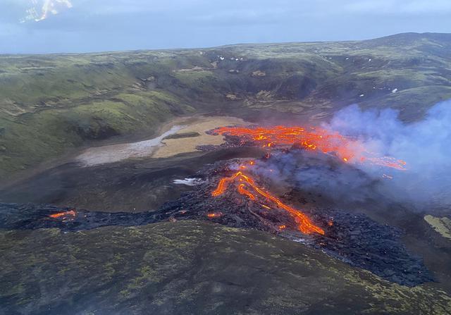 Lava yang mengalir dari gunung berapi Fagradalsfjall yang meletus sekitar 40 km sebelah barat ibu kota Islandia, Reykjavik, pada Sabtu (20/3/2021). Sebuah gunung berapi di dekat ibu kota Islandia meletus pada hari Jumat, 19 Maret. (Icelandic Coast Guard via AP)