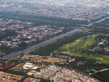 Foto udara lansekap Kota Jakarta, Rabu (28/3). Wakil Gubernur DKI Jakarta Sandiaga Uno menyatakan bahwa Jakarta kekurangan 302.219 unit hunian. (Liputan6.com/Immanuel Antonius)