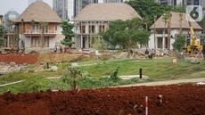 Pekerja menyelesaikan pengerjaan revitalisasi hutan kota di kompleks Gelora Bung Karno (GBK), Jakarta, Selasa (15/10/2019). Revitalisasi hutan kota yang akan dinamai Hutan Kota by Plataran ini segera selesai dan direncanakan dibuka pada 19 Desember 2019 mendatang. (Liputan6.com/Immanuel Antonius)