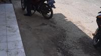 Suasana di kawasan Cikarang Utara, Bekasi di hari kedua penerapan PSBB corona, Kamis (16/4/2020). (Liputan6.com/Yopi Makdori)