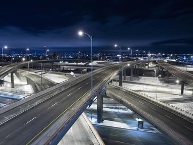 Turcot Interchange, persimpangan jalan raya tiga tingkat di Montreal terlihat kosong ketika pemerintah Quebec memberlakukan jam malam pada 9 Januari 2021. Jam malam di seluruh provinsi di Kanada untuk membendung lonjakan infeksi COVD--19 yang terus meningkat (Graham Hughes/The Canadian Press via AP)