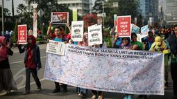 Aktivis membentangkan spanduk berisi tanda tangan warga saat peringatan Hari Tanpa Tembakau di Bundaran HI, Jakarta, Minggu (31/5). Hari Tanpa Tembakau Sedunia diperingati di seluruh dunia setiap tahun pada tanggal 31 Mei. (Liputan6.com/Faizal Fanani)