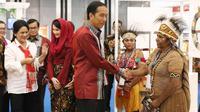 Presiden Joko Widodo bersama ibu negara Iriana meninjau pameran Trade Expo 2017 di ICE BSD, Tangerang Selatan, Rabu (11/10). Pameran Trade Expo Indonesia (TEI) ke-32 tersebut  berlangsung dari 11-15 Oktober 2017. (Liputan6.com/Angga Yuniar)