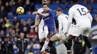 Pemain Chelsea, Cesc Fabregas melepaskan tembakan melewati adangan para pemain Crystal Palace pada lanjutan Premier League di Stamford Bridge stadium, London, (10/3/2018). Chelsea menang 2-1. (AP/Matt Dunham)