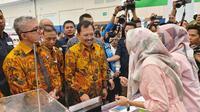 Menteri Kesehatan Republik Indonesia, Dr Terawan Agus Putranto, saat melihat-lihat pameran alat kesehatan inovasi terbaru di Indonesia Convention Exhibiton (ICE) Bumi Serpong Damai (BSD), Tangerang Selatan pada Sabtu, 9 November 2019. (Aditya Eka Prawira/Liputan6.com)