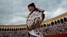 Matador asal Spanyol, Jose Maria Manzanares bersiap bertarung dengan banteng di arena adu banteng Real Maestranza di Sevilla, Spanyol (21/4). (AFP Photo/Cristina Quicler)