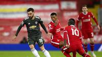 Pemain Manchester United, Bruno Fernandes, mencoba melewati hadangan Sadio Mane dan Georginio Wijnaldum kala berhadapan dengan Liverpool pada lanjutan Liga Inggris 2020/2021, Minggu (17/1/2021). (Michael Regan/Pool via AP)