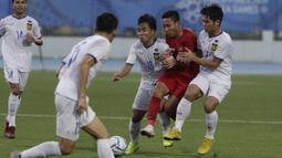 Gelandang Timnas Indonesia U-22, Evan Dimas, terjepit saat melawan Laos U-22 pada laga SEA Games 2019 di Stadion City of Imus Grandstand, Manila, Kamis (5/12). Indonesia menang 4-0 atas Laos. (Bola.com/M Iqbal Ichsan)