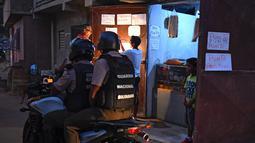 Anggota Pengawal Nasional Bolivarian mengendarai motor dalam operasi di tengah pandemi COVID-19 di Los Teques, negara bagian Miranda, Venezuela, 20 Maret 2021 Di Miranda ada aturan memakai masker serta mencegah pertemuan lebih dari lima orang, di tengah gelombang kedua pandemi. (Federico PARRA/AFP)