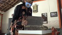 Terkait sejarah pembuatan Al-Qur'an tersebut, Jayani mengaku tidak tahu persis. Dia menduga Al-Qur'an itu ditulis sebelum tahun 1900, mengingat sebagian kertasnya sudah rusak akibat termakan usia. Sedangkan sampul Al-Qur'an itu terbuat dari bahan kulit.