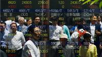 Sejumlah orang tercermin dalam papan yang menampilkan indeks saham di Tokyo, Jepang, Jumat, (10/7/ 2015). Harga saham Nikkei mengalami perubahan mengikuti gejolak pasar Tiongkok. (REUTERS/Thomas Peter)