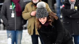 The Duchess of Cambridge, Kate Middleton mencoba tembakan dengan tongkat hoki di Stockholm, Swedia, Selasa (30/1). Meski sedang hamil anak ketiga, Kate ternyata mampu memasukkan satu gol. (Jonas Ekstromer / TT via AP)