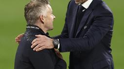 Pelatih Manchester United Ole Gunnar Solskjaer berbicara dengan presiden UEFA Aleksander Ceferin setelah pertandingan final Liga Europa antara Manchester United dan Villarreal di Gdansk, Polandia, Kamis (27/5/2021). (Maja Hitij, Pool via AP)