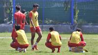 Pemain Arema saat beristirahat di tengah-tengah latihan di Lapangan Balearjosari Kota Malang. (Bola.com/Iwan Setiawan)