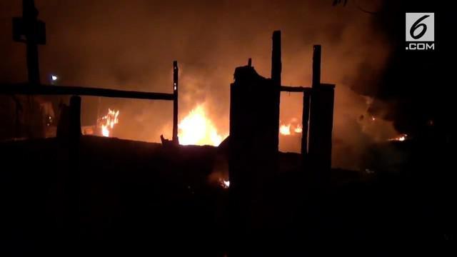 Sebuah warung kopi di SIdoarjo terbakar. Pemilik warung kopi menjadi korban tewas dalam kejadian itu.