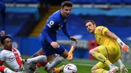 Gelandang Chelsea, Mason Mount, berusaha mencetak gol ke gawang Southampton pada laga lanjutan Liga Inggris di Stamford Brigde, Sabtu (17/10/2020) malam WIB. Chelsea bermain imbang 3-3 atas Southampton. (AFP/Ben Stansall/pool)