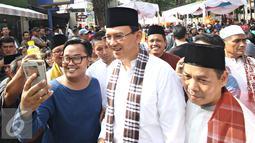 Pengunjung berselfie dengan Gubernur Basuki T Purnama saat Festival Palang Pintu 2016 di Jakarta, (28/5). Event tahunan tersebut diselenggarakan merayakan HUT ke-489 DKI Jakarta yang digelar pada 28-29 Mei 2016. (Liputan6.com/Immanuel Antonius)