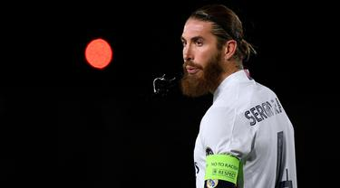Sergio Ramos merupakan pemain yang baru saja direkrut oleh PSG pada bursa transfer musim 2021/2022. Kepindahannya cukup menggegerkan dunia sepak bola. Ia tercatat telah tampil sebanyak 671 kali dengan 101 gol dan 40 assist untuk Los Blancos sejak musim 2005/2006. (Foto: AFP/Pierre-Philippe Marcou)