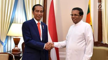 Presiden Joko Widodo atau Jokowi bersalaman dengan Presiden Sri Lanka Maithripala Sirisena di Presidential Secretariat, Colombo, Sri Lanka, Rabu (24/1). Kunjungan Jokowi ke Sri Lanka sangat bersejarah. (Liputan6.com/Pool/Biro Pers Setpres)