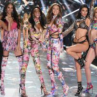 Model Barbara Palvin, Yasmin Wijnaldum, Winnie Harlow, Gigi Hadid, Kendall Jenner dan Alexina Graham berpose di atas catwalk selama Victoria's Secret Fashion Show 2018 di Pier 94 di New York, AS (8/11). (AP Photo/Evan Agostini)
