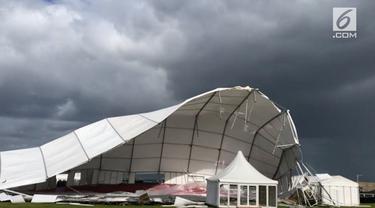 Sebuah tenda raksasa terbang dalam sekejap akibat terkena dahsyatnya Topan Ali di St Andrews, Skotlandia.
