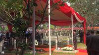 Presiden Jokowi memberikan penghormatan terakhir untuk almarhum BJ Habibie. (Lizsa Egeham/Liputan6.com)