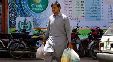 Warga Pakistan Belanja Kebutuhan Ramadan