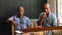 Master Trainer Kopi Arabika Nasional Hanok Herison (kiri) dan Staff Bentara Papua Albert Yomo (kanan) di acara Mengenal Kopi Papua di Kedai Kopi Alenia, Kemang, Jakarta Selatan, 3 Mei 2019. (Liputan6.com/Asnida Riani)