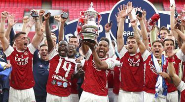 Para pemain Arsenal melakukan selebrasi usai menjuarai Piala FA di Stadion Wembley, London, Sabtu (1/8/2020). Arsenal menang 2-1 atas Chelsea. (Catherine Ivill/Pool via AP)
