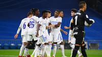 Para pemain Real Madrid melakukan selebrasi usai cetak gol ke gawang Real Mallorca. (GABRIEL BOUYS / AFP)