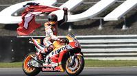 Selebrasi pembalap Repsol Honda, Marc Marquez usai memenangkan balapan MotoGP Thailand 2018.