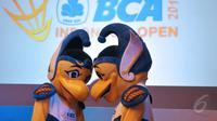 Dua orang petugas mengenakan maskot BCA Indonesia Open Series Premier 2015, Jakarta, Senin (25/5/2015). Burung Garuda menjadi pilihan untuk dijadikan maskot dalam kejuaraan bulutangkis tersebut . (Liputan6.com/Herman Zakharia)