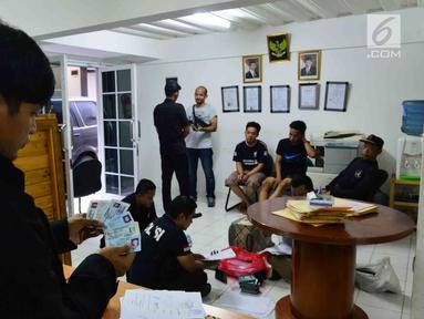Satgas Tindak Pidana Perdagangan Orang (TPPO) Bareskrim Polri menggeledah kantor yang diduga menjadi tempat penampungan orang untuk dikirim ke luar negeri dengan modus TKI di Bekasi, Jawa Barat, Jumat (23/3). (Liputan6.com/Pool/Bareskrim Polri)