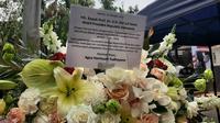 AHY mengirimkan karangan bunga di kediaman Wakil Presiden terpilih Ma'ruf Amin di Jalan Situbondo, Menteng, Minggu (20/10/2019). (Liputan6.com/ Yopi Makdori)