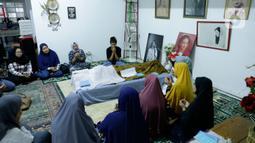 Sejumlah kerabat dan anggota keluarga berdoa di dekat jenazah artis senior Ade Irawan di rumah duka kawasan Lebak Buluk, Jakarta Selatan, Jumat (17/1/2020). Ibunda Ria Irawan tersebut meninggal dunia di Rumah Sakit Fatmawati pada Jumat (17/1/2020) pada usia 82 tahun. (Liputan6.com/Johan Tallo)